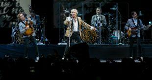 La elegancia, locura y calidad de Rod Stewart cautivo al Movistar Arena