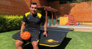 Paredes se suma a la locura de la mesa de Tenis-Futbol GoBall: Goleador de Colo Colo muestra toda su técnica en este nuevo juego